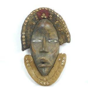 maska ludu Dan wykonana z drewna i tkaniny